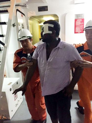 Vượt gió bão, cứu thuyền viên tàu Trung Quốc bị nạn - 2