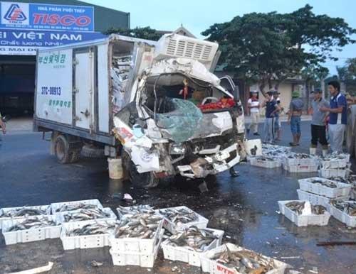 Bị xe bồn tông, tài xế xe tải kẹt cứng trong ca bin - 1