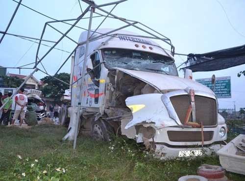 Bị xe bồn tông, tài xế xe tải kẹt cứng trong ca bin - 2