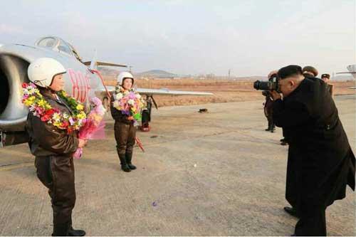 Ảnh ấn tượng: Kim Jong-un chụp ảnh cho nữ phi công - 1