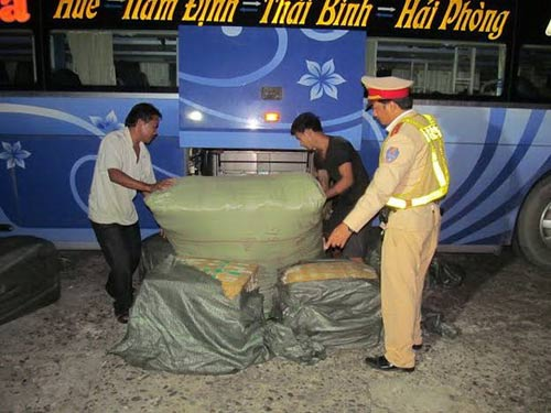 Xe khách lén lút chở hơn 250kg nội tạng thối - 1