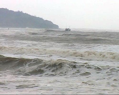 Mắc cạn khi chạy bão, tàu cá kêu cứu giữa biển - 1