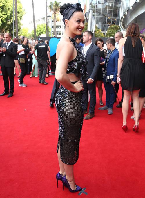 Katy Perry mặc trang phục gây tranh cãi lên thảm đỏ - 2