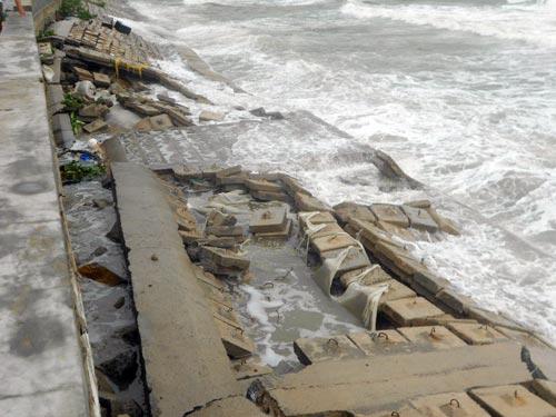 Hậu bão số 4: Nhà sập, kè chắn sóng sạt lở - 3