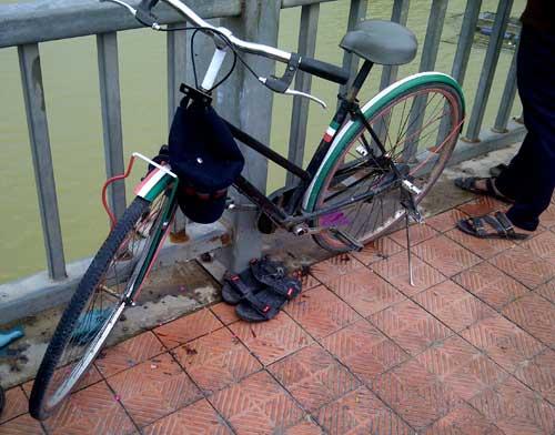Bỏ lại xe đạp, nam sinh nhảy cầu tự vẫn trong đêm - 1