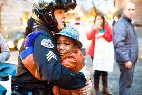 Đằng sau cái ôm nổi tiếng giữa biểu tình ở Mỹ - 1