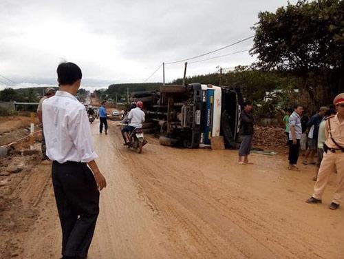 Đường trơn, 2 xe tải lật trên đường Hồ Chí Minh - 1
