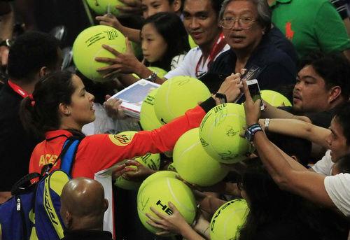 Sharapova vẫn tươi cười dù đội nhà liên tiếp thất bại - 2