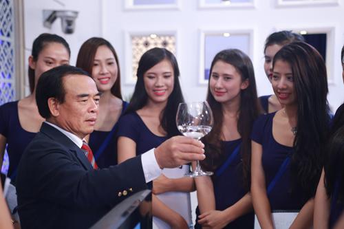 """Bố ruột của Ngô Phương Lan đến """"lò luyện hoa hậu"""" - 1"""