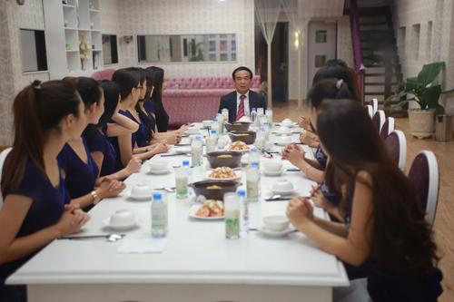 """Bố ruột của Ngô Phương Lan đến """"lò luyện hoa hậu"""" - 2"""