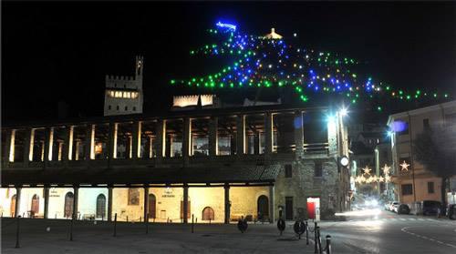 Choáng ngợp cây thông Noel cao bằng ngọn núi - 4