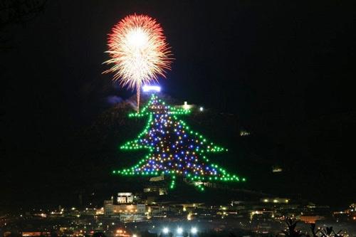 Choáng ngợp cây thông Noel cao bằng ngọn núi - 5