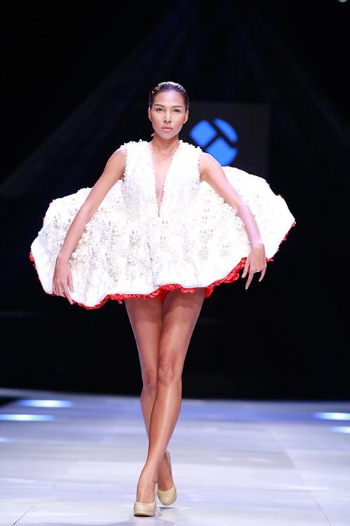 """Minh Triệu mặc váy """"ngàn hoa"""" lạ mắt - 1"""