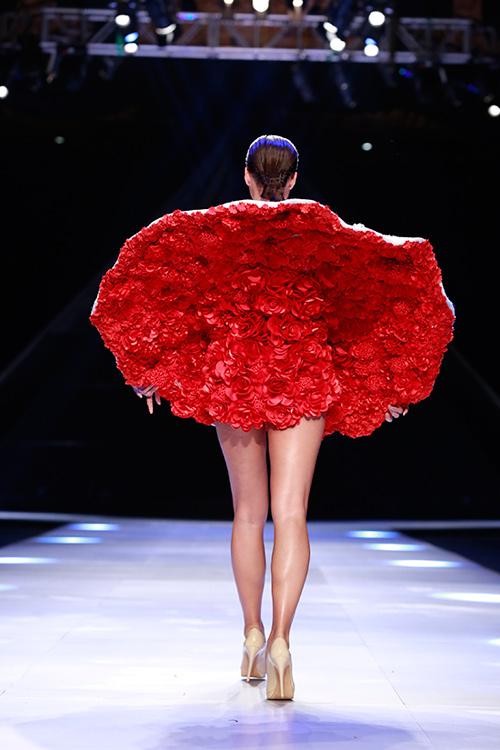 """Minh Triệu mặc váy """"ngàn hoa"""" lạ mắt - 2"""
