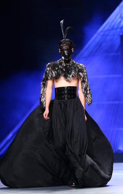 """Minh Triệu mặc váy """"ngàn hoa"""" lạ mắt - 12"""