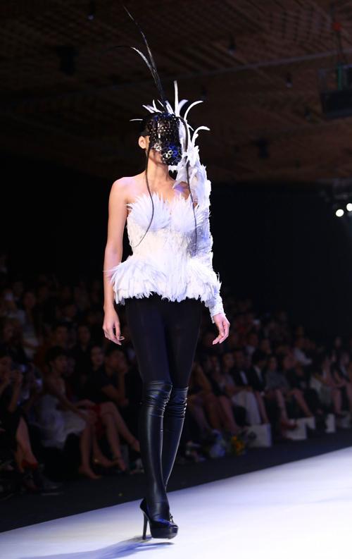 """Minh Triệu mặc váy """"ngàn hoa"""" lạ mắt - 13"""