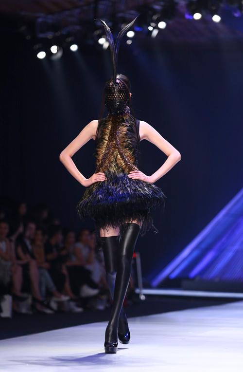 """Minh Triệu mặc váy """"ngàn hoa"""" lạ mắt - 14"""