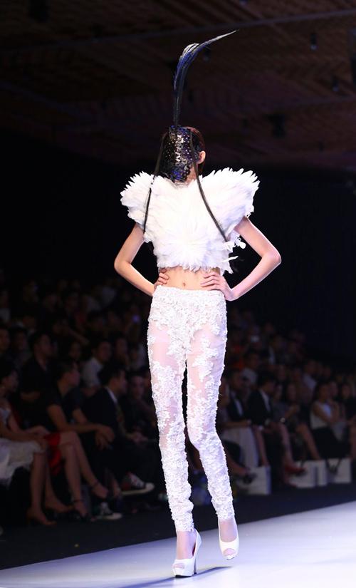 """Minh Triệu mặc váy """"ngàn hoa"""" lạ mắt - 15"""