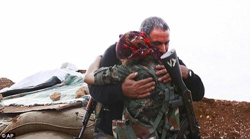 Cha và con gái hội ngộ cảm động trên mặt trận chống IS - 1