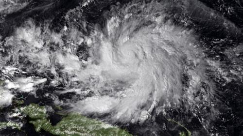 Siêu bão áp sát, dân Philippines vét sạch cửa hàng - 2