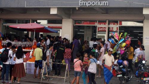 Siêu bão áp sát, dân Philippines vét sạch cửa hàng - 1
