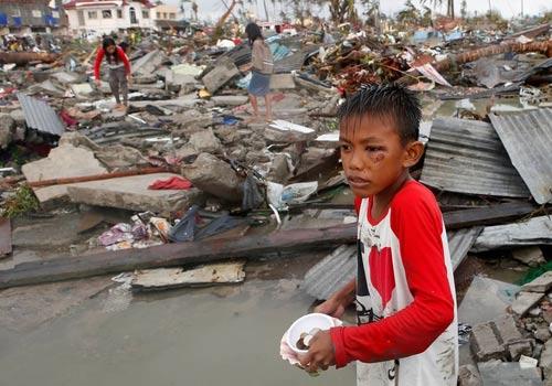 Siêu bão áp sát, dân Philippines vét sạch cửa hàng - 3