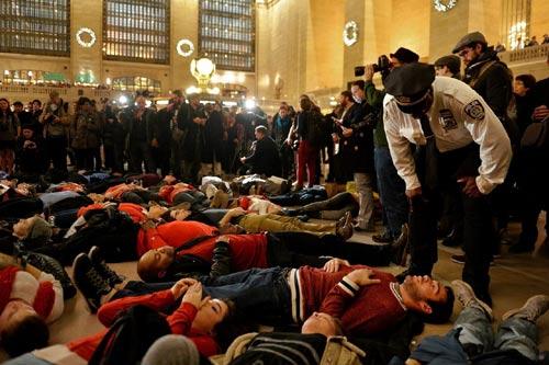 Nước Mỹ lại sôi sục vì vụ cảnh sát kẹp chết người - 4