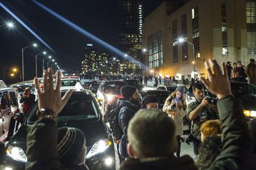 Nước Mỹ lại sôi sục vì vụ cảnh sát kẹp chết người - 2