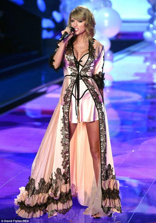 """Taylor Swift """"hớp hồn"""" khán giả cùng dàn thiên thần nội y - 1"""