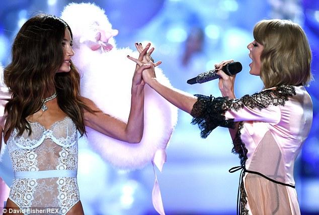 """Taylor Swift """"hớp hồn"""" khán giả cùng dàn thiên thần nội y - 6"""