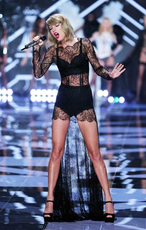 """Taylor Swift """"hớp hồn"""" khán giả cùng dàn thiên thần nội y - 16"""