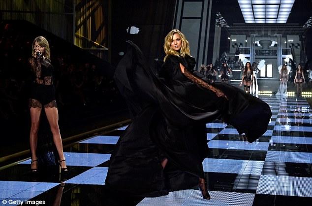 """Taylor Swift """"hớp hồn"""" khán giả cùng dàn thiên thần nội y - 17"""