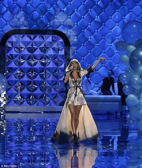 """Taylor Swift """"hớp hồn"""" khán giả cùng dàn thiên thần nội y - 10"""