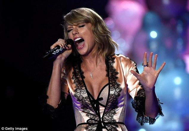 """Taylor Swift """"hớp hồn"""" khán giả cùng dàn thiên thần nội y - 12"""