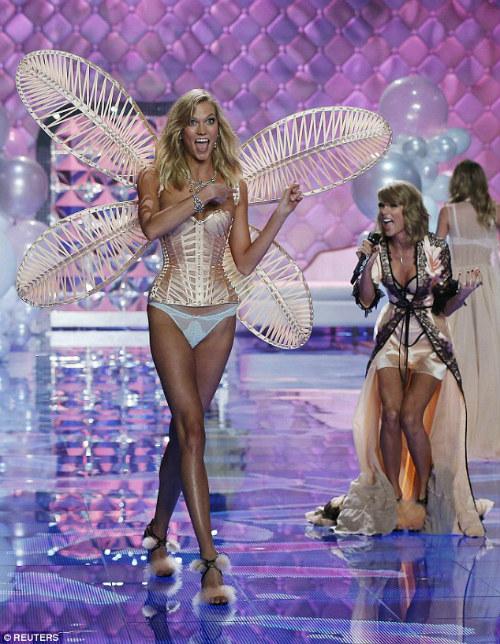 """Taylor Swift """"hớp hồn"""" khán giả cùng dàn thiên thần nội y - 3"""