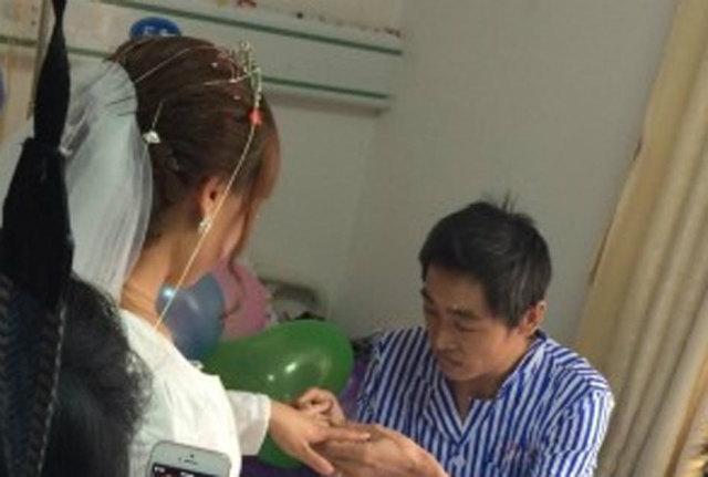 Cô gái quỳ gối cầu hôn bạn trai nghèo ung thư - 3