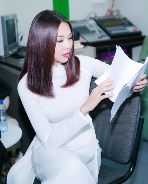 Thanh Hằng mặc áo dài trắng tinh khôi bên Harry Lu - 4