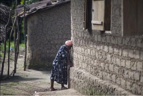 Không tin bác sỹ, bố ôm con nhiễm Ebola trốn vào rừng - 3