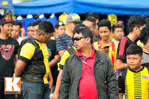 CĐV xếp hàng mua vé xem Malaysia quyết đấu Việt Nam - 2