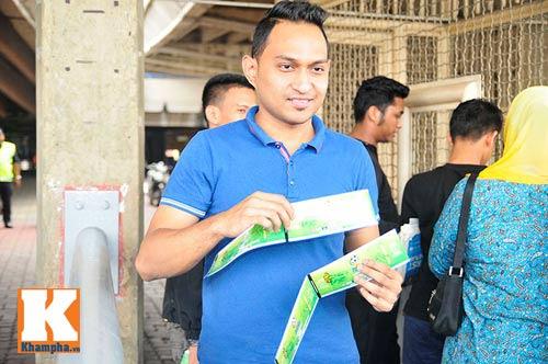 CĐV xếp hàng mua vé xem Malaysia quyết đấu Việt Nam - 4