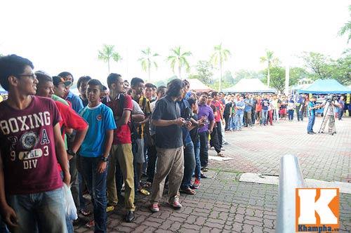 CĐV xếp hàng mua vé xem Malaysia quyết đấu Việt Nam - 5