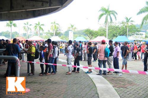 CĐV xếp hàng mua vé xem Malaysia quyết đấu Việt Nam - 7