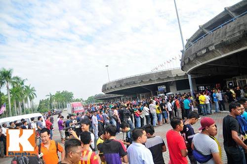 CĐV xếp hàng mua vé xem Malaysia quyết đấu Việt Nam - 1