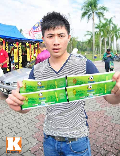 CĐV xếp hàng mua vé xem Malaysia quyết đấu Việt Nam - 9
