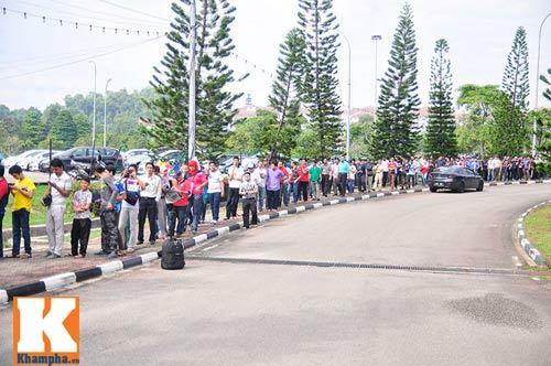 CĐV xếp hàng mua vé xem Malaysia quyết đấu Việt Nam - 11