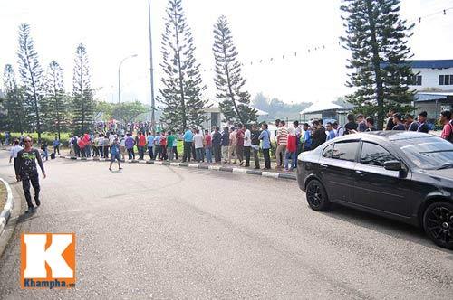 CĐV xếp hàng mua vé xem Malaysia quyết đấu Việt Nam - 12