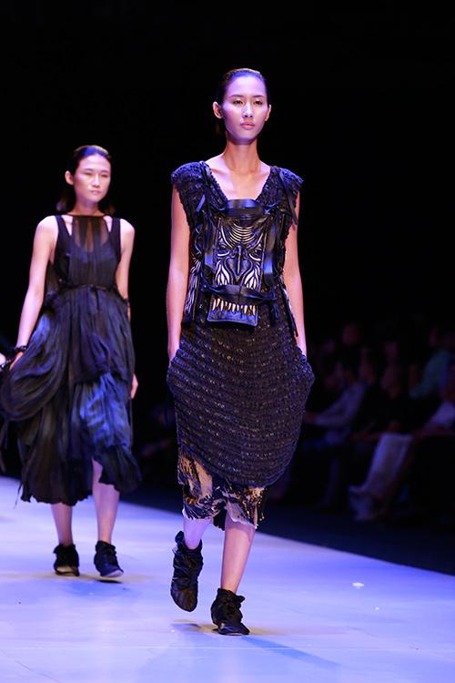 Show diễn 7 phút gây sốc tại tuần lễ thời trang Việt - 1