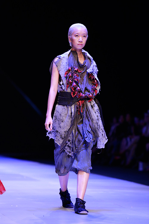 Show diễn 7 phút gây sốc tại tuần lễ thời trang Việt - 4