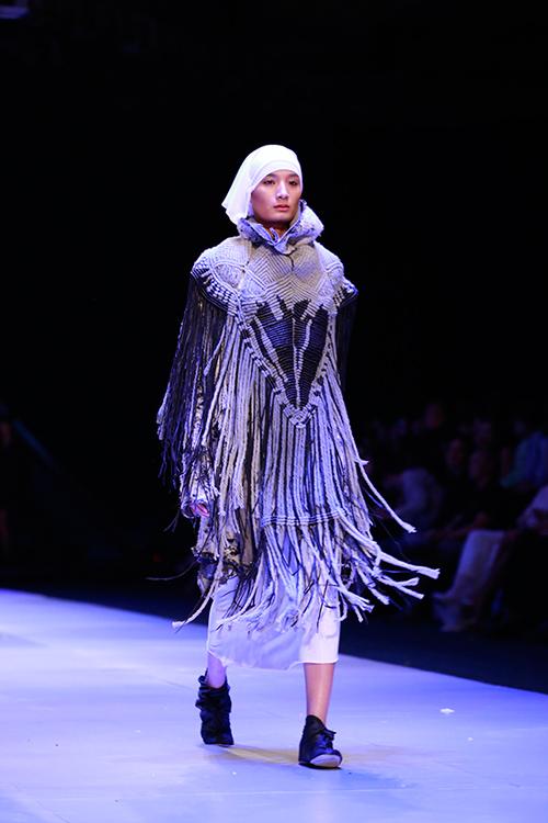 Show diễn 7 phút gây sốc tại tuần lễ thời trang Việt - 5