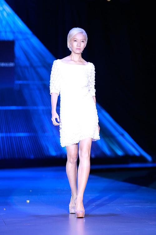 Show diễn 7 phút gây sốc tại tuần lễ thời trang Việt - 8